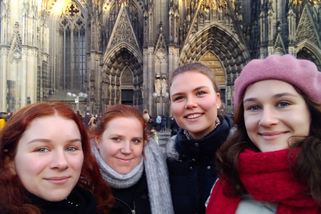 Gruppenfoto vor dem Kölner Dom