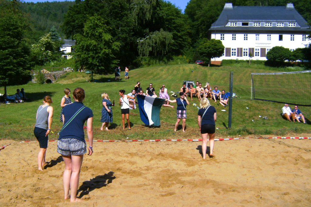 Volleyball-Turnier vor der Jugendherberge