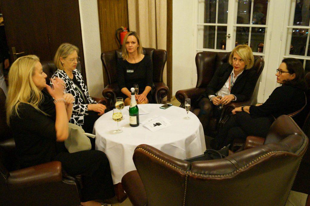 Viele Hohe Damen und Gäste reisen an